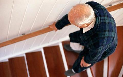 persona mayor bajando escaleras